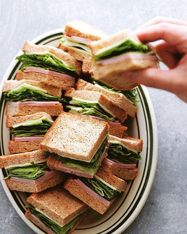 ハムとレタスとチーズのサンドイッチ😋具材はベージックだけど、盛りがわんぱくっ😝 . #わんぱくサンド #萌え断 #サンドイッチ #おしゃパン #おうちカフェ #ロースハム #レタス #スライスチーズ #熊本とっぺん野菜 #sandwich #sandwichgram #sandwichporn #sandwichoftheday #cookingram #ouchigohan #goodmorninggoodbreakfast #handinframe #instasandwich #libbey #libbey_jp #リビー #ヴィセロイ