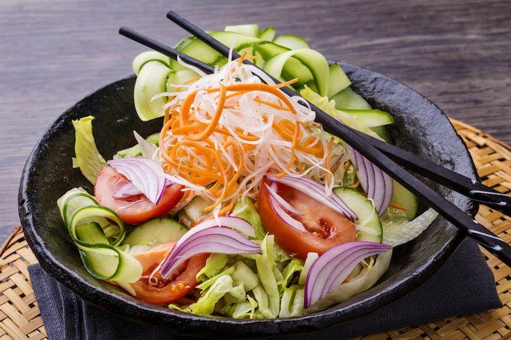 Friss saláta: saláta, hagyma, répa, vörös káposzta, választható szósz