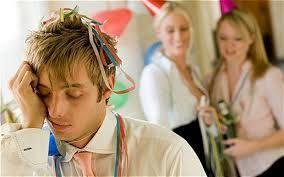 Le collègue surstressé, s'endormant devant tout le monde à la fin de la soirée http://lattesanssucre.com/la-soiree-de-noel-de-lentreprise/