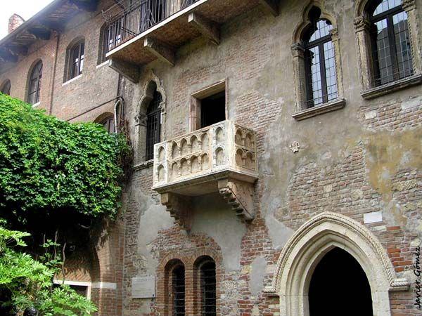 El balcón de Julieta, mudo testigo junto con la Luna, de su amor prohibido con Romeo.