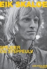"""Jan Poulsen: EIK SKALØE. Alle kan synge med på """"Itsi-bitsi, tag med mig til Nepal"""". Indspillet af Steppeulvene i 1967 til lp'en Hip. Manden bag sangen hed Eik Skaløe (1943-68), den største myte i dansk rockmusik. Ikke mindst fordi han kort efter, blot 25 år gammel, tog sit eget liv i Indien under mystiske omstændigheder. Men hvem var han? Hvor kom han fra? Og hvorfor fik han så stor betydning?  Bogen fortæller hele historien om Steppeulvenes fantasifulde ordsmed og hans tid."""