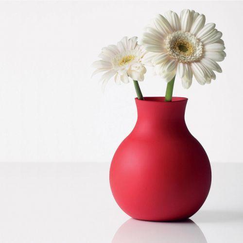 RUBBER VASE Kauçuk Vazo Turuncu İşte kırılmayan bir vazo tasarımı. İskandinav tasarımının öncü markası Menu den.Kauçuk vazo hem eğlenceli hem de sıradışı. Tamamen farklı ve modern ev dekorasyon ürünleri arayanlar için, üstelik etrafta çocuklar varsa tam aradığınız bir ürün. Kuuçuk vazomuzun boyunu ihtiyacınıza göre ayarlayabilirsiniz. Aynı zamanda farklı ihtiyaçlarınız içinde rahatlıkla kullanılabilir. Ebatlar : 17 x 17 x 21 cm   265 gr