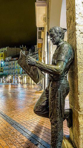 """BURGOS (Castilla y León) -SPAIN- estatua del """"Lector de Periódicos"""" en homenaje a la prensa escrita."""