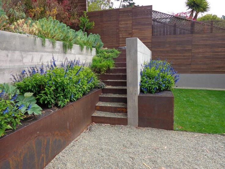 Jardineras con láminas de metal Corten steel raised beds, Wyatt Studio for Surface Design Inc
