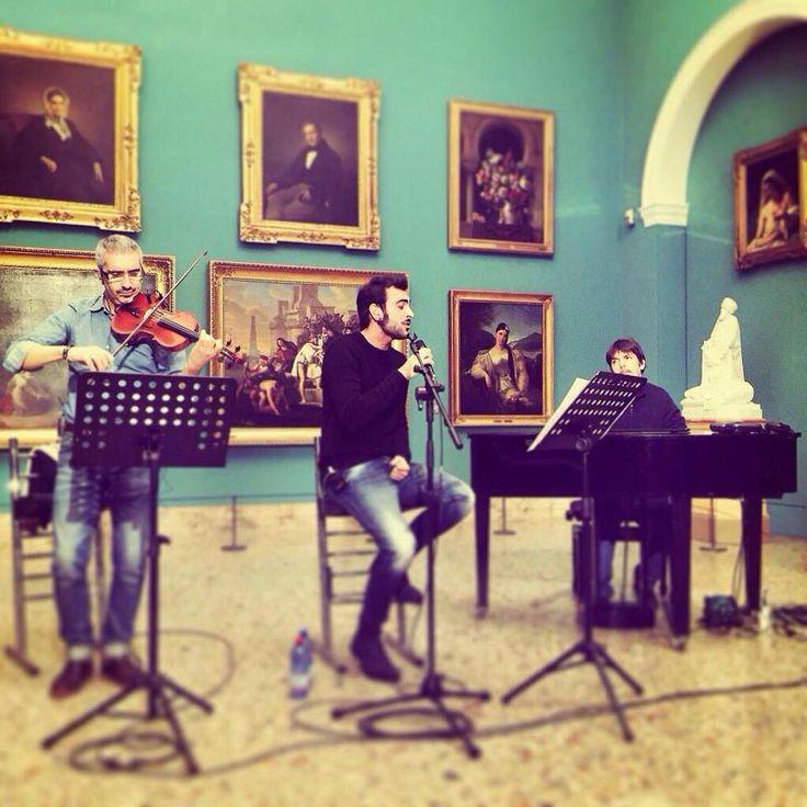 """Esibizione del 14 febbraio 2015: Marco Mengoni canta """"C'è tempo"""" di Ivano Fossati tra i dipinti della Pinacoteca di Brera.  #art #music #museobrera #pinacotecabrera #marcomengoni #chetempochefa"""