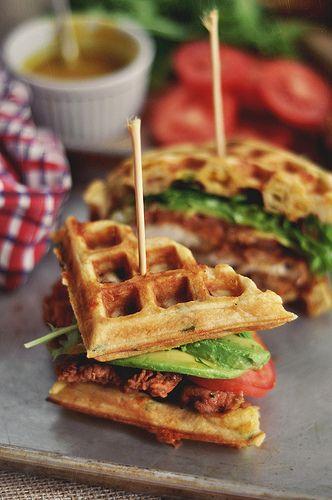 ¡Una manera diferente, padrísima y rica de utilizar los waffles! Jitomate, pollo, lechuga, aguacate, mostaza con miel y PAM.