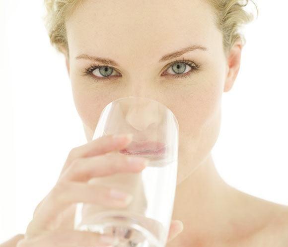 15 razones para beber más agua En realidad no necesitaríamos más razón para beber agua, que el saber que constituye cerca del 70% de nuestro cuerpo, sin embargo, hemos perdido la costumbre de ingerir el vital liquido y básicamente por el consumo de refrescos, pero no sustituyen la cantidad de agua que nuestro cuerpo necesita.  lee más en nuestro blog. http://www.aguaquecuidadeti.com/15-razones-para-beber-mas-agua/  #salud #agua