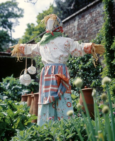 Rope the kids into helping you make a Mommy scarecrow...Gardens Artistry, Gardens Ideas, Scarecrows For Gardens, Scarecrows Gardens, Scarecrows For The Gardens, Gardens Scarecrows, Scarecrows Ideas, Gardens Bliss, Outdoor Backyards Gardens