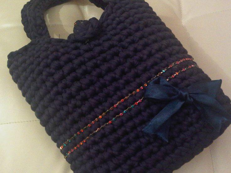 Borsa realizzata con fettuccia color blu con fiocco e fili di strass colorati applicati
