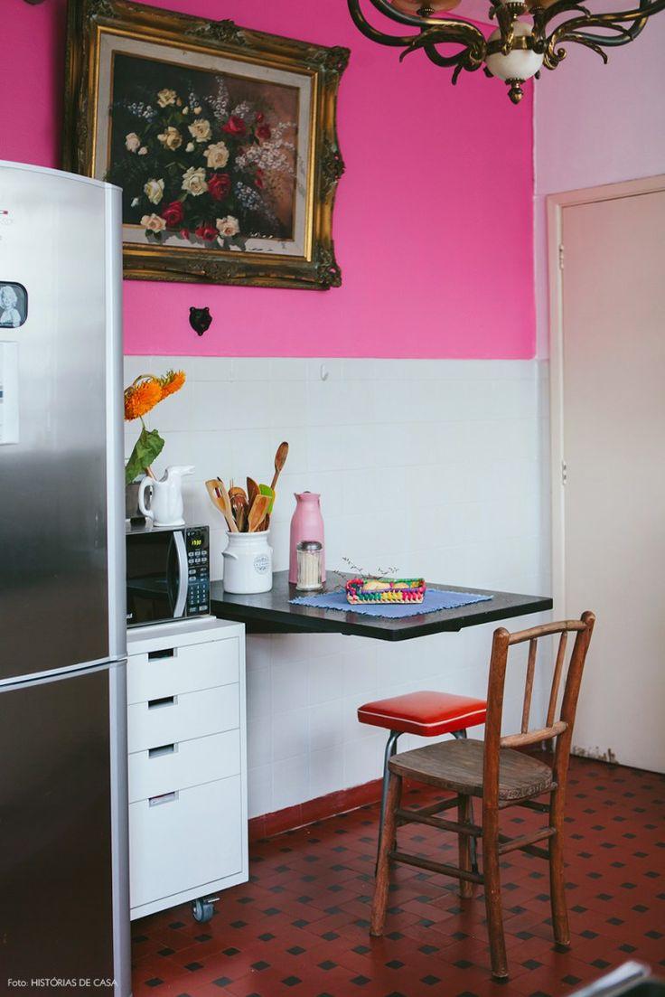 Cozinha vintage com móveis de época e meia parede pintada de rosa chiclete.