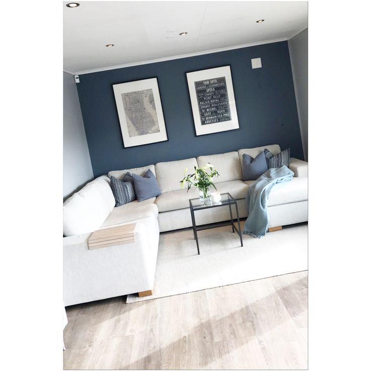 Stue, liljer, Jonathan Adler duftlys. IKEA bilde, Jotun Tåkedis (grå) og Byge (blå). Livingroom, lilys, scented candle, poster.