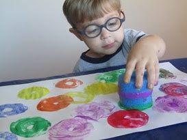 Pintar con una esponja y pintura de dedos.