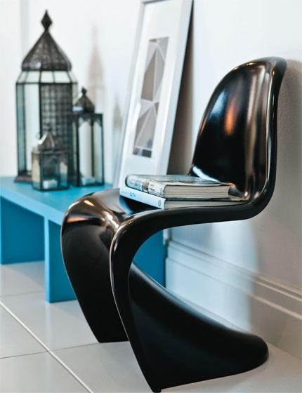 Cadeira Panton. Esta cadeira com ar futurista de Verner Panton, criada em 1967, mostra uma importante inovação tecnológica. Isso porque é feita com somente uma peça de plástico moldado (reforçado com fibra de vidro), saindo totalmente do convencional.