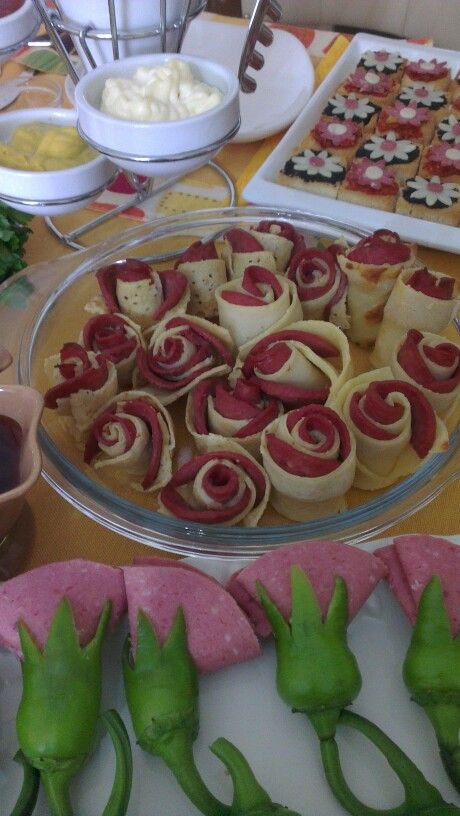Karanfiller, güller, papatyalar. Sofralarınızda  çiçekler açsın :)