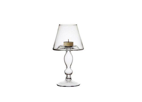 Jouant la carte du trompe-l'œil, l' « Atmosphère chandelier » d'Ego-vetri delle Venezie reprend la forme d'une lampe dans une coque en verre soufflé. La bougie remplace simplement l'ampoule pour un éclairage plus diffus.
