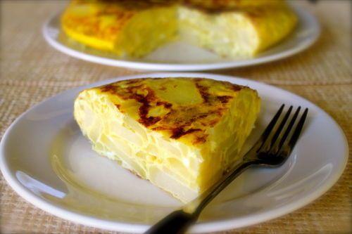 Receta fácil y rendidora: Tortilla española de papas y cebollas