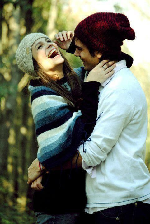 chica junto a un chico abrazados riendo