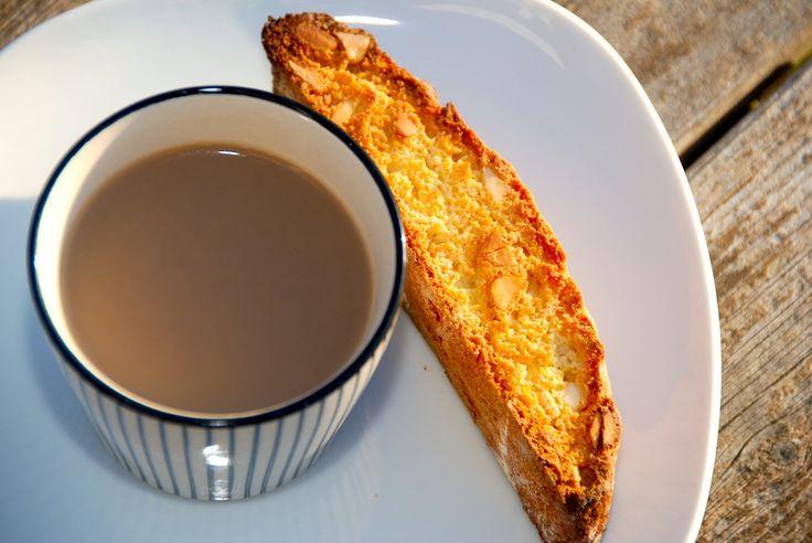 Opskrift på cantuccini, der er sprøde italienske mandelkager, der er meget nemme at bage. Cantuccini er gode til både kaffe og vin. Cantuccini er klassiske kager fra Italien, der er meget nemme at …