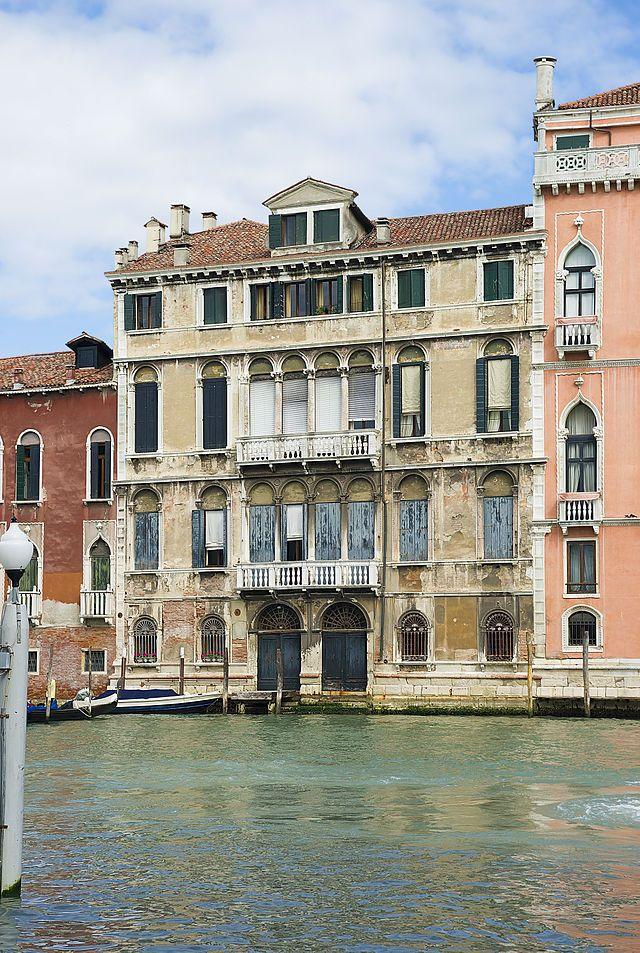 Палаццо Тьеполо (ит.Palazzo Tiepolo) палаццо в Венеции в р-не Сан-Поло. Распол.на Гранд-канале между п.Пизани-Моретта и п.Соранцо-Пизани.Дворец назыв.также «палаццо Тьеполо-Пасси». При эт.нужно иметь в виду,что зд.по др. сторону от Соранцо-Пизани тоже носит имя Тьеполо-Пасси,а на лев.берегу Гранд-канала имеется еще од.палац.Тьеполо. Постр.в сер.XVIв.неизв.арх.