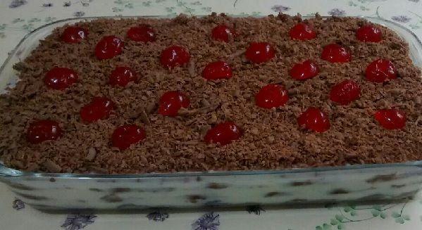 O Pavê de Creme com Chocolate é fácil de fazer, delicioso e perfeito para ocasiões especiais. Faça para a sobremesa da família e receba muitos elogios! Vej