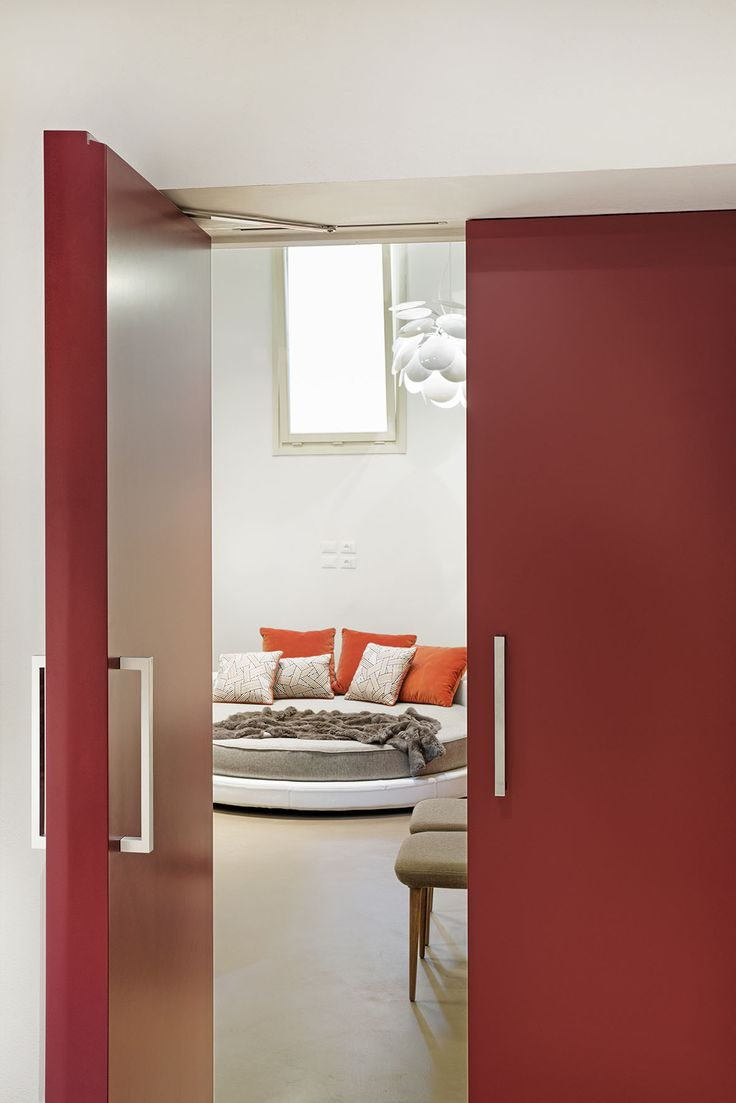 Linvisibile Alba Filo 10 Hinged door double leaves, red lacquer.    #internaldoors #invisibledoors #designdoors #showroom