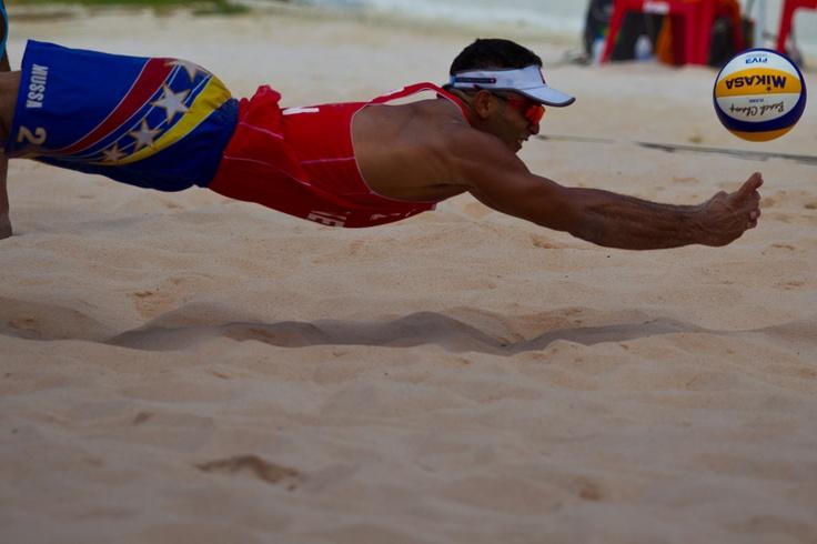 Encuentro entre las duplas de Brasil y Venezuela en la copa continental de volibol de playa en las canchas de la villa olímpica de San Juan De Los Morros en la ciudad de San Juan en el estado Guárico el 24 de junio de 2012. | Créditos: Carlos Eduardo Ramirez