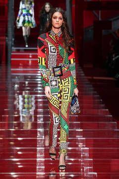 Versace – Mailand Fashion Week Report Herbst/Winter 2015/16: Einen Überblick über die neusten Shows und Kollektionen der italienischen Designer von der laufenden Mailänder Modewoche gibt es hier.