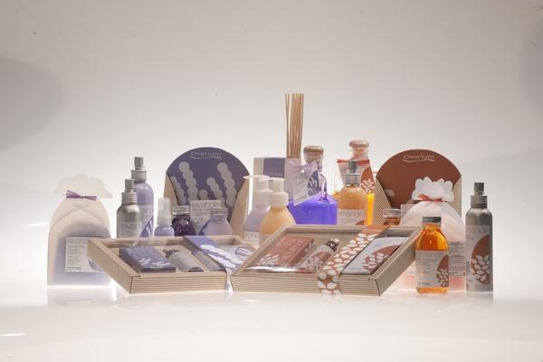 Gammes de produits Ovarium : crèmes pour le corps, bains moussants, lait hydratants, brumes d'ambiance et autres ... dans les parfum de lavande et amandes.