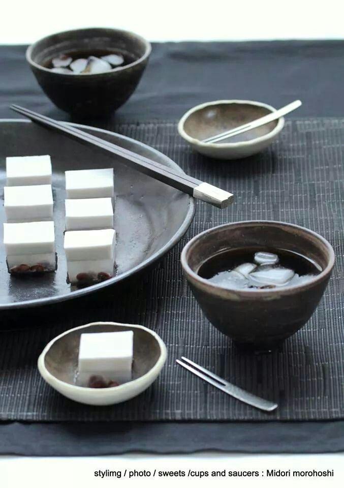 『静寂(シジマ) Shijima (錦玉〈キンギョク〉製) agar sweets flavored with coconut and adzuki beans *styling / photo / sweets , cups and saucers : Midori Morohoshi(http://ameblo.jp/greenonthetable/imagelist.html)