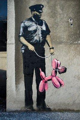 Policía y un Perro de Globo con Busal | Street Art