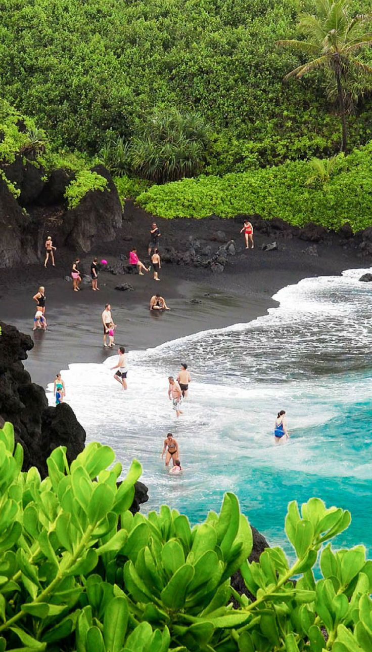 Black sand beaches in Maui, Hawaii! Click through to see 27 of the most incredible places in Hawaii!: