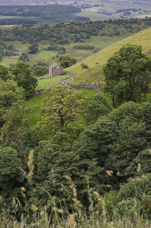 An old stone barn on the eastern end of Aldery Cliff (Peak District) near Earl Sterndale, Derbyshire, England