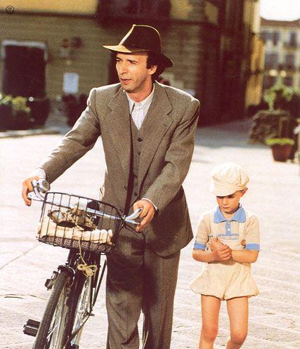 Guido (Roberto Benigni) e il piccolo Giosuѐ (Giorgio Cantarini) - La Vita e' Bella.
