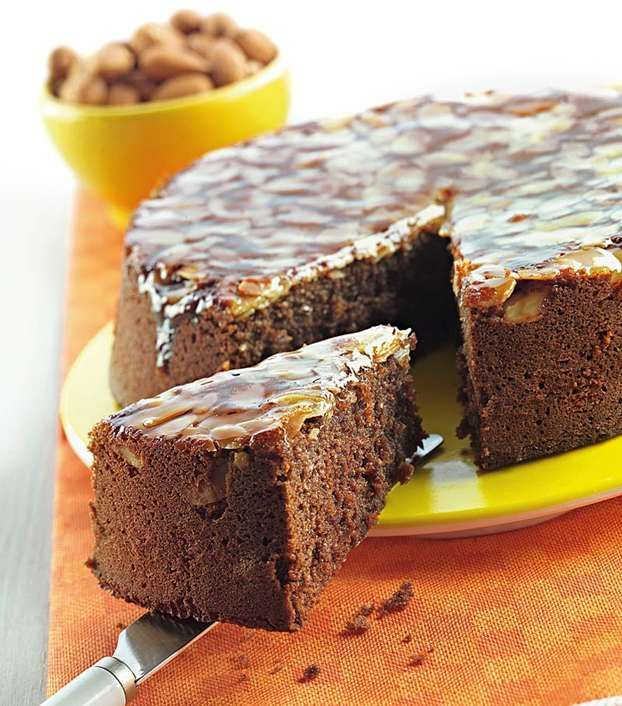 Torta caprese: ingredienti e preparazione di un dolce tipico napoletano, reinterpretato da Luca Montersino. L'assenza di farina rende questa caprese adatta ai celiaci