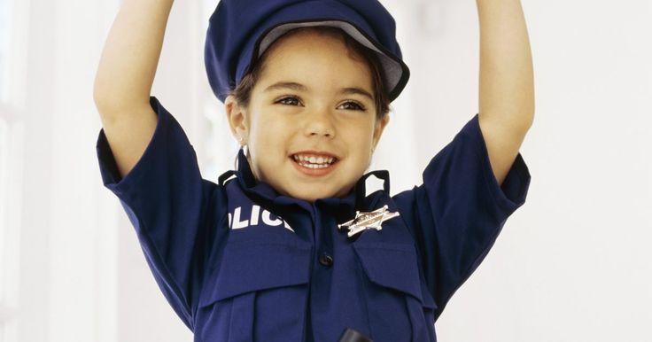 Cómo hacer un disfraz de oficial de policia. Durante la noche de brujas, los disfraces de oficial de policía son comunes entre los hombres, mujeres y niños. Todos los disfraces tienen su toque de distinción pero los elementos son los mismos, por lo tanto, puedes hacer un disfraz de policía en tu hogar con algunas ropas de segunda mano y otros elementos.
