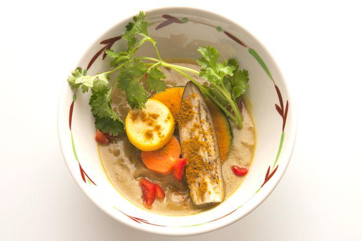 ベジタブルカレー温めん Vegetable Curry Onmen  564kcal クリーミーな豆乳スープとカレー風味が絶妙にマッチ!コクがあるのに後味すっきり。大きめカットのたっぷり野菜が魅力です。 【アレルゲン27】小麦・大豆  Creamy soup with the perfect balance of soy milk and curry gives this warm noodle dish a rich flavor. Served with lots of vegetables.