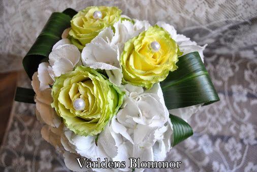 Världens Blommor erbjuder blomsterbinderi, kondoleanser och arrangemang för alla tillfälle. Att komma in i butiken är en upplevelse. Butiken har ett stort utbud av både snitt blommor och gröna växter. I butiken finner du även, vaser, krukor, doftljus och mycket annat som gör hemmet lite trevligare