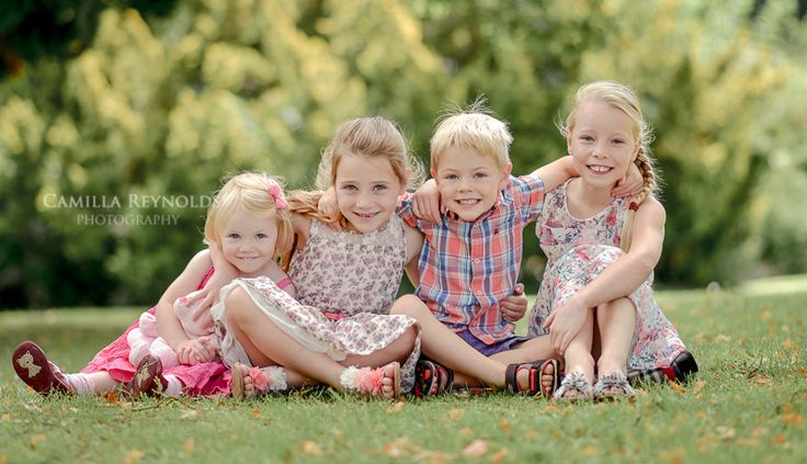 four siblings posing, four children pose ideas, siblings