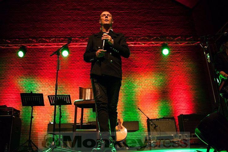 """In ungewohnter Umgebung stand Peter Murphy in Bochum auf der Bühne. Der Tourname """"Stripped"""" war hier Programm - in der Christuskirche spielte er sehr reduzierte Versionen seiner Stücke und präsentierte dabei auch einige Bauhaus-Nummern in seinem Set: http://monkeypress.de/2016/11/live/konzertberichte/peter-murphy-bochum-christuskirche-28-10-2016/"""