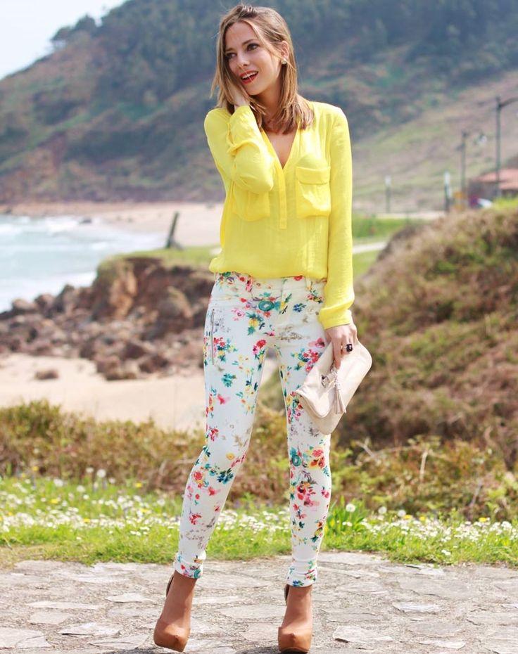 Hoy un look en el que de nuevo la flores están presentes y esta vez, en los pantalones. Es un outfit muy primaveral y colorido.