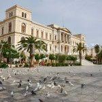 Άποψη Πλατείας.Η Πλατεία Μιαούλη είναι μια από τις μεγαλύτερες πλατείες και σπάνιες πλατείες στην Ελλάδα. Δημιουργήθηκε στις αρχές του 19ου αιώνα.