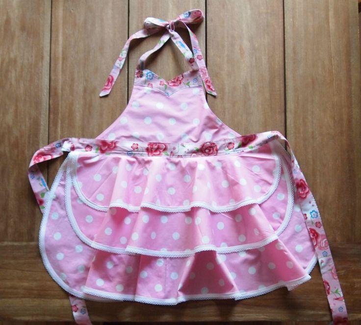 Kinderschort Hazel - € 19,95.  Hazel is een schattig meisjesschortje met 3 laagjes! Je kleine meid zal dit schort graag dragen om je te helpen in de keuken of om te knutselen. Ze zal het niet meer uit willen doen!  Dit schattige schortje is leverbaar in lichtroze en in lichtblauw.   Wil je dit schortje bestellen: mail me dan info@schortenvanarrabel.nl of kijk op mijn website www.schortenvanarrabel.nl Verzendkosten zijn € 2,25.