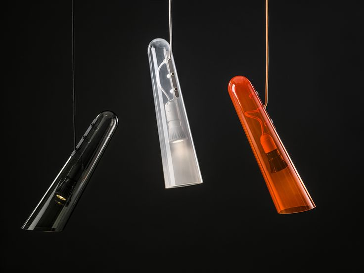 Svítidla Flutes byla původně navržena jako kolekce závěsných světel pro hotelové prostory. Jejich potenciál a užitná hodnota však dalece překračují hranice projektového svítidla na míru. Jak napovídá sám název, jednoduchý a elegantní kónický tvar připomíná flétnu. Stylizované otvory, jež vycházejí z inspiračního zdroje, plní také praktickou funkci – výběr otvoru, kterým kabel prochází, jednoduše definuje úhel naklonění celého svítidla a tím směr světla.