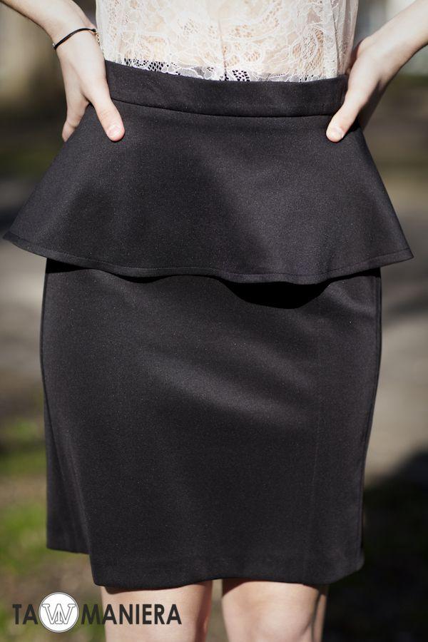Czarna, ołówkowa spódniczka z baskinką.   #spódnica #ołówkowa #elegancka #modna #dopasowana #wiosna #lato #moda #fashion #baskinka