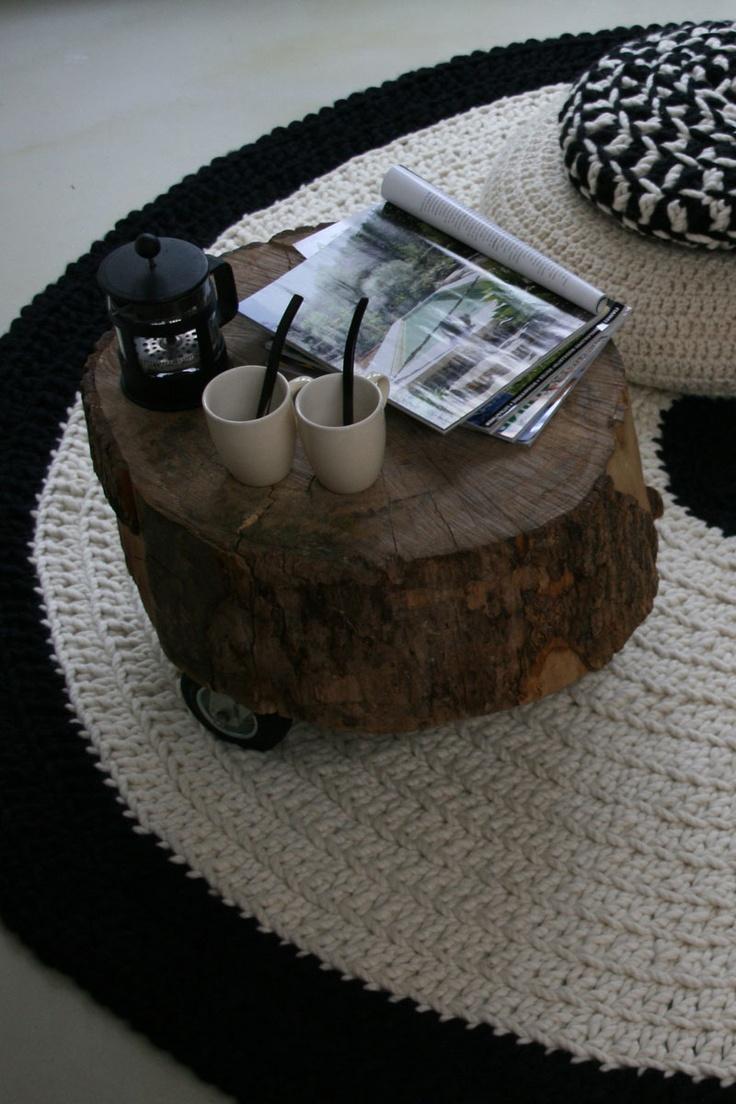 Een prachtig met de handgemaakt rond vloerkleed. Gehaakt van zuivere wol in de kleuren zwart en ecru. De natuur is qua kleurkeuze en materiaalgebruik een belangrijke bron van inspiratie van de ontwerpster. www.molitli.nl