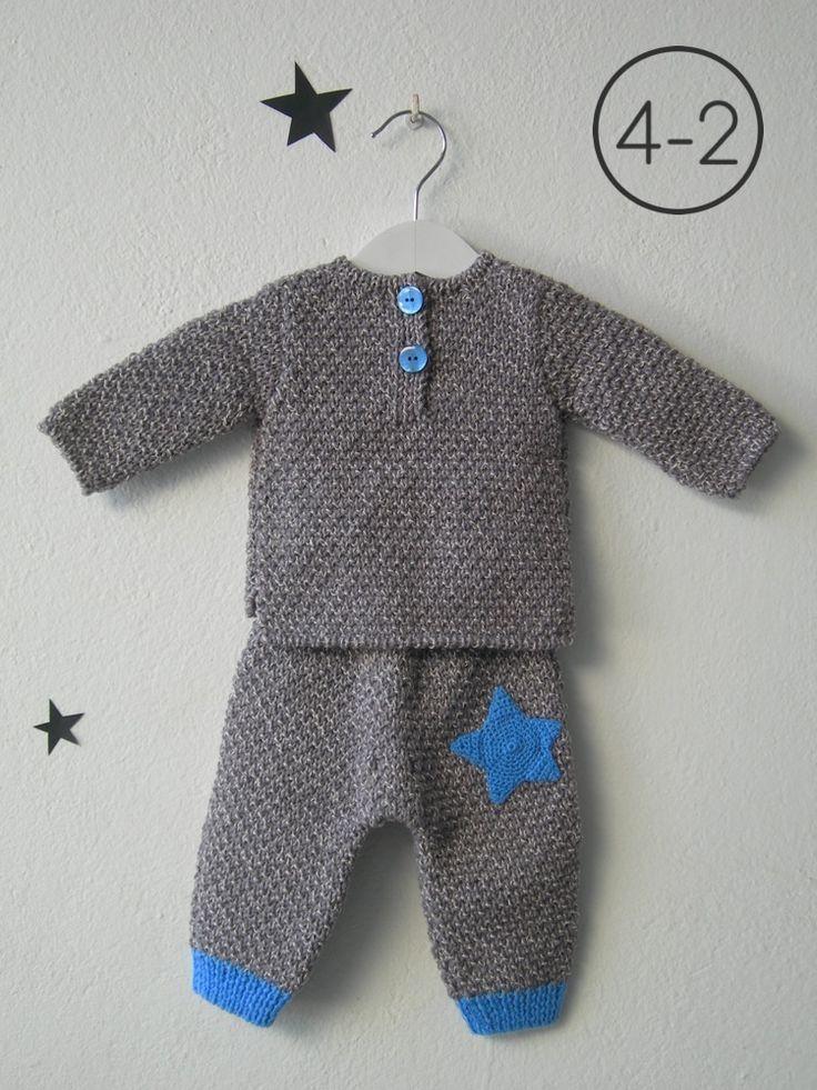 Jersey y pantalón para bebe hecho a punto fantasía en mezcla de 2 colores con aplicación estrella ganchillo. El pantalón tiene elásticos de distinto color. Disponible en color camel, gris perla y visón.