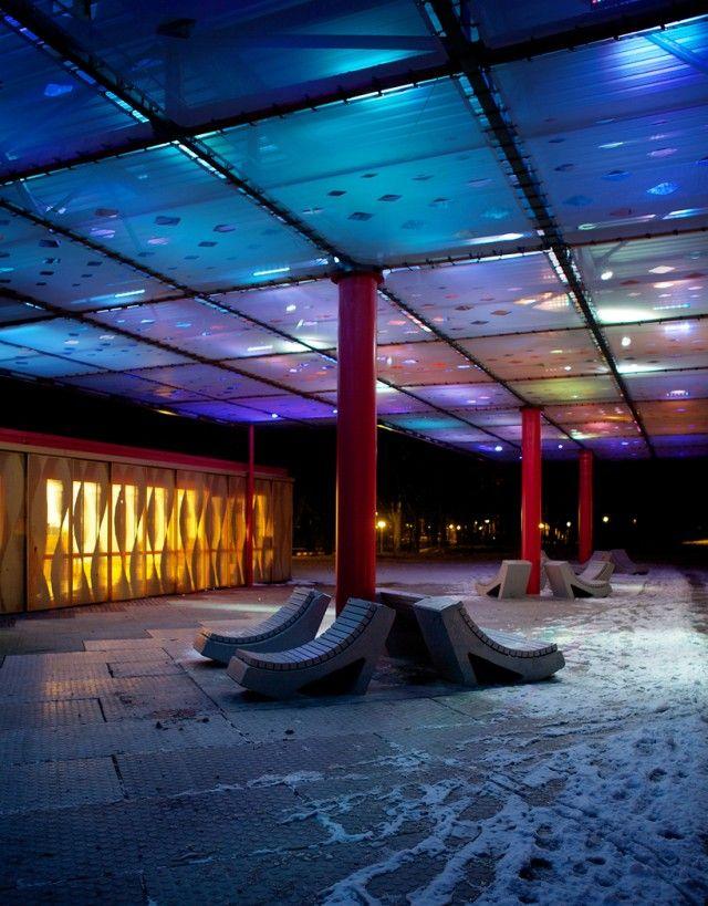Focus sur ce studio Sophie Valla Architects, basé à Amsterdam, et qui a réalisé cette superbe installation lumineuse appelée « LED Cloud ». Proposant un puzzle géant de 60 panneaux indépendants, elle compose ainsi un ciel artificiel aux multiples couleurs de 400m2. Plus d'images dans la suite de l'article.