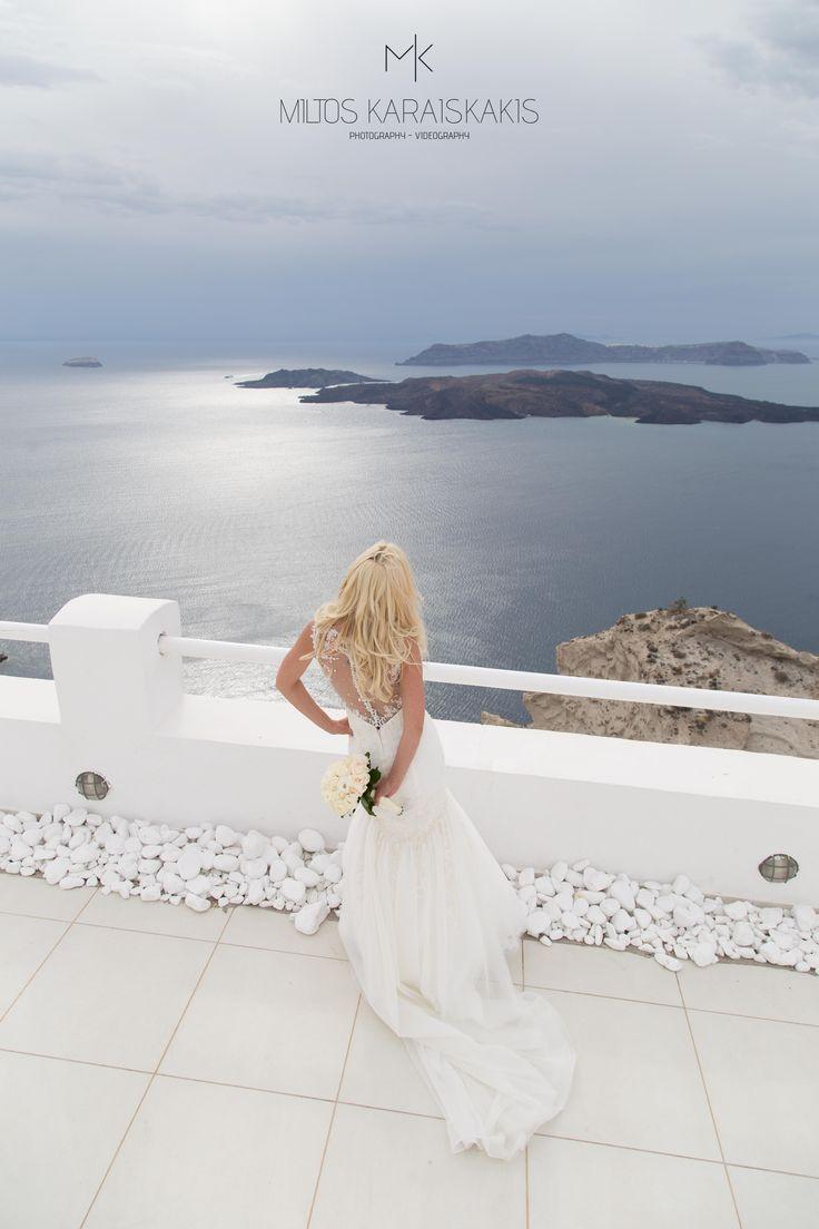 #weddingideas #weddingphotographer #white #dress #wedding #flowers #bride #volcano #breathtaking #view #sun #reflection #oia #mykonos #folegandros #santorini #Greece #miltoskaraiskakis