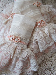 I'm not sure what these are (cuffs? Napkins? Hand towels?) but they are definitely pretty!