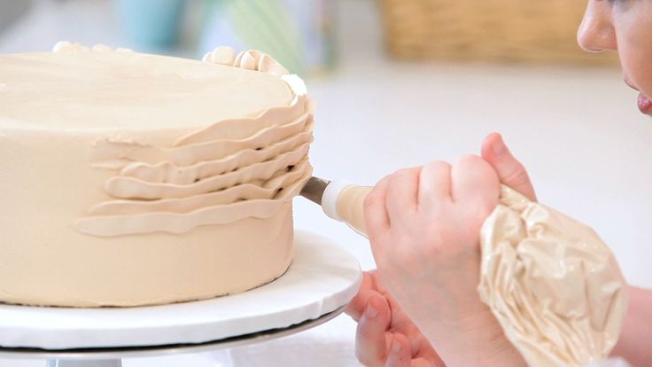 How to Pipe 4 different Ruffles on a Cake using the 14 tip Great tutorial!